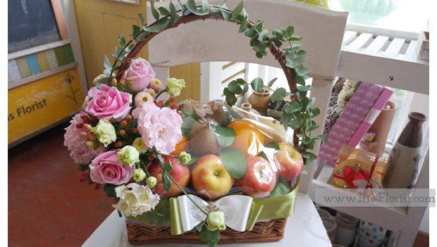 กระเช้าผลไม้ ตกแต่งดอกไม้โทนสีชมพู