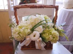 กระเช้าดอกไม้โทนสีขาว